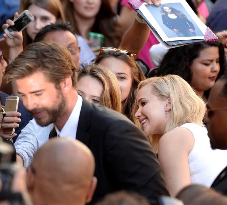 """Jennifer Lawrence y Liam Hemsworth llegan a la ceremonia en la que el elenco de la película """"Los Juegos del Hambre"""" plasmó sus huellas frente al mítico Teatro Chino en Hollywood, California. (Foto: EFE)"""