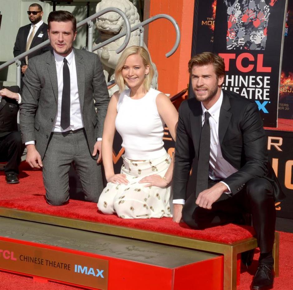 """Josh Hutcherson, Jennifer Lawrence y Liam Hemsworth, protagonistas de la película """"Los Juegos del Hambre"""" imprimen sus huellas frente al mítico Teatro Chino en la ciudad de Hollywood, California. (Foto: EFE)"""
