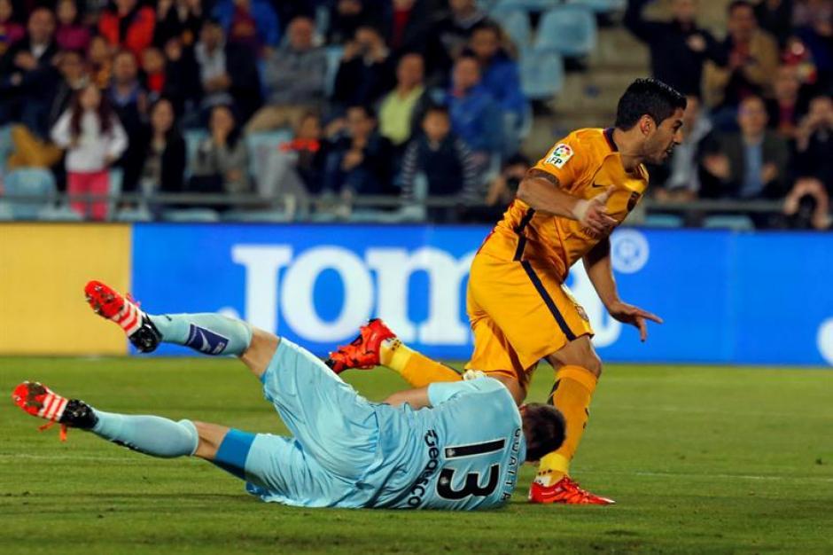 Luis Suárez elude al portero de Getafe para el primer gol del partido, por la jornada 10 de la Liga española. (Foto: EFE)