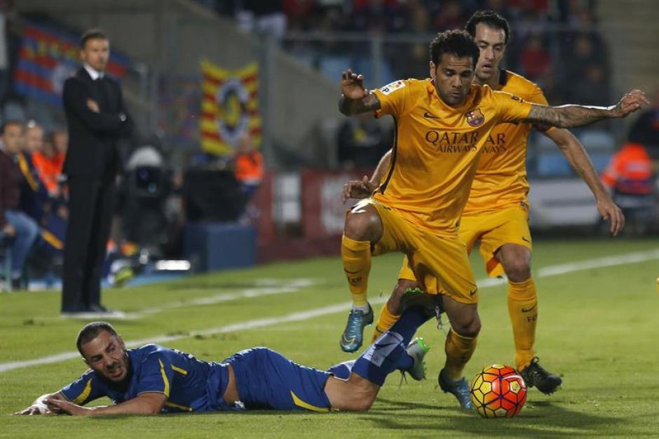 Dani Alves supera su marca e intenta ir al ataque en el juego que Barcelona derrotó a Getafe. (Foto: EFE)
