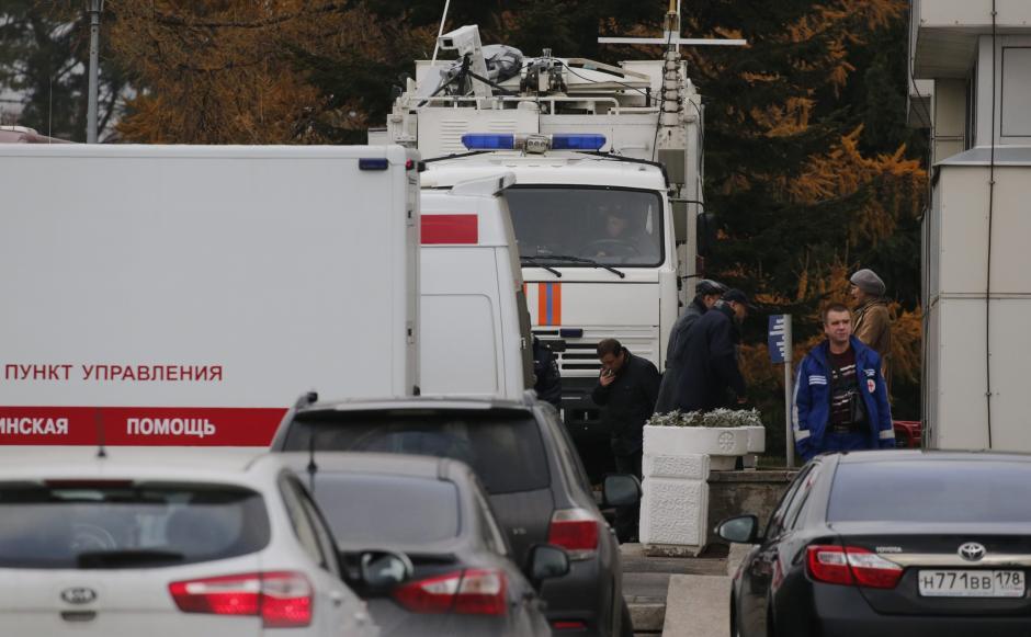 Vehículos y ambulancias en el crematorio de San Peteresburgo (Rusia) donde los cuerpos de las víctimas del avión siniestrado el sábado han sido cremados. (Foto: EFE)