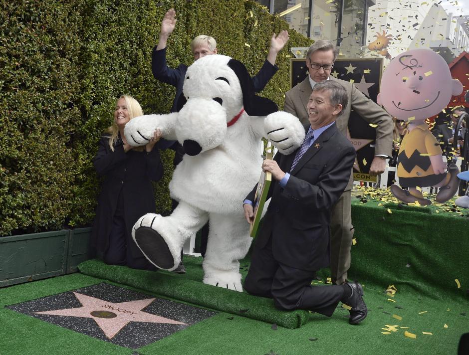 """Snoopy, que aparecerá en la película """"The Peanuts Movie"""", recibió la estrella 2563 en la categoría cine. (Foto: EFE/Mike Nelson)"""