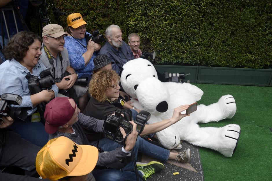 El personaje animadoSnoopyfue arropado por varios fans el Paseo de la Fama de Hollywood. (Foto:EFE/Mike Nelson)