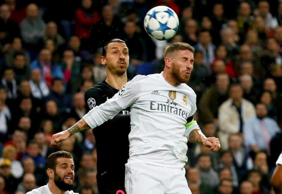 Zlatan Ibrahimovic pelea un balón aéreo con el defensor del Real Madrid, Sergio Ramos.(Foto: EFE)