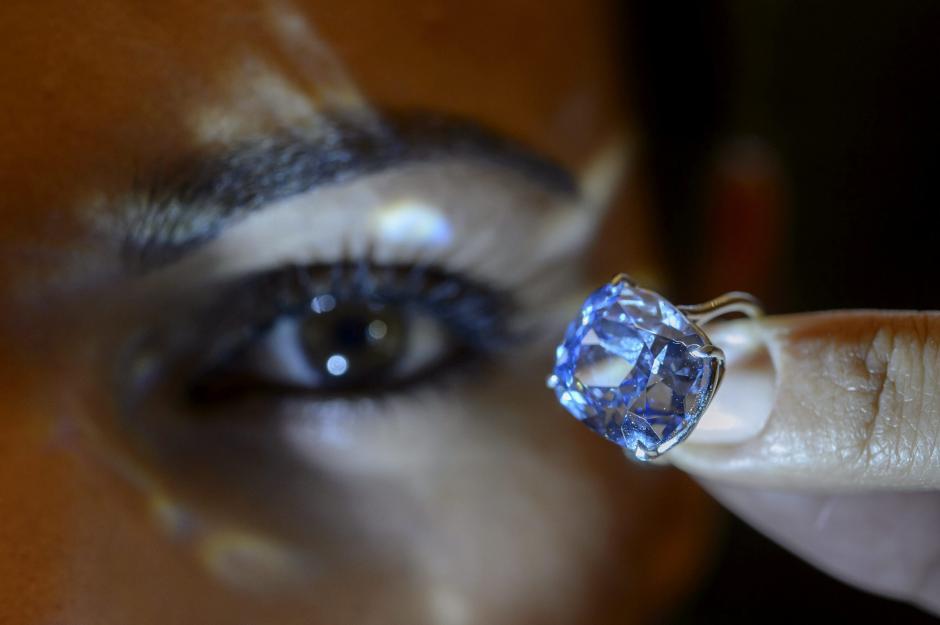 """Una empleada de la casa de subastas Sotheby's muestra el """"Blue Moon Diamond"""", en la sede de Ginebra, Suiza. (Foto: EFE/Martial Trezzini)"""