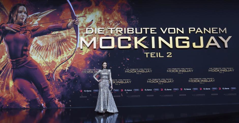 """La actriz estadounidense Michelle Forbes posa para los medios durante el estreno de """"Los Juegos del Hambre: Sinsajo - Parte 2"""", en Berlín, el 4 de noviembre de 2015. (Foto: EFE/Britta Pedersen)"""