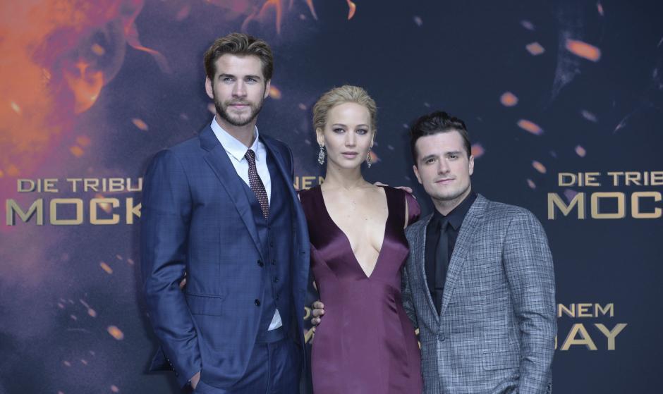 """Los actores Josh Hutcherson (i), Jennifer Lawrence (c), y Liam Hemsworth posan durante el estreno mundial de película """"Juegos del Hambre: Sinsajo - Parte 2"""", en los cines Cinestar-Kino de Berlín (Alemania). (Foto: EFE/Britta Pedersen)"""