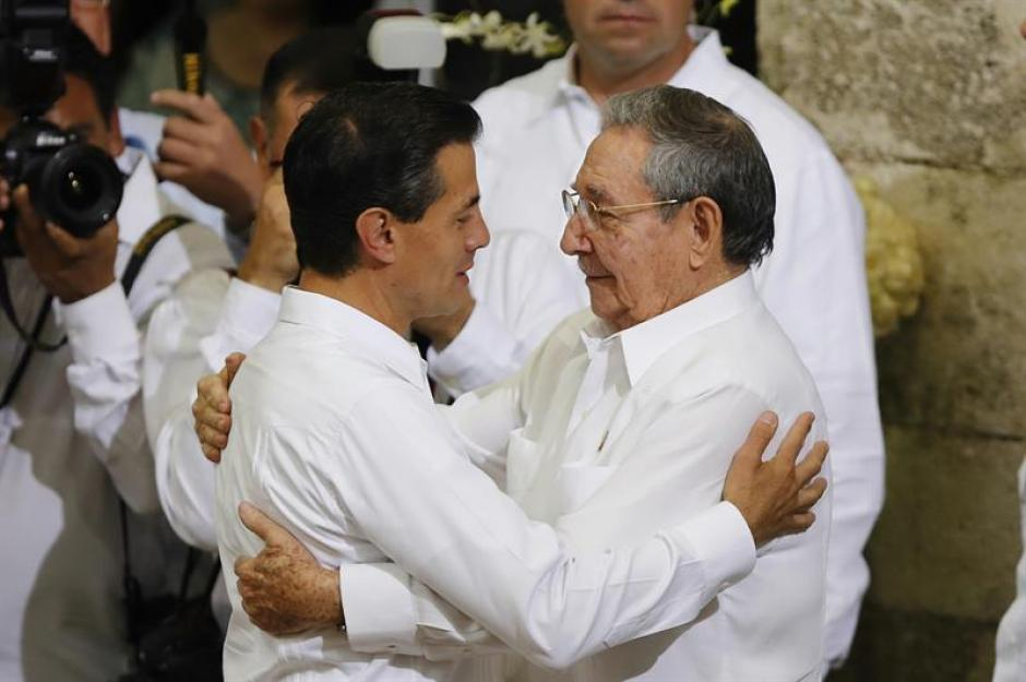 El presidente de México, Enrique Peña Nieto, saluda a su homólogo cubano, Raúl Castro, durante la ceremonia protocolaria en Palacio de Gobierno del estado de Yucatán, Mérida. (Foto: EFE)