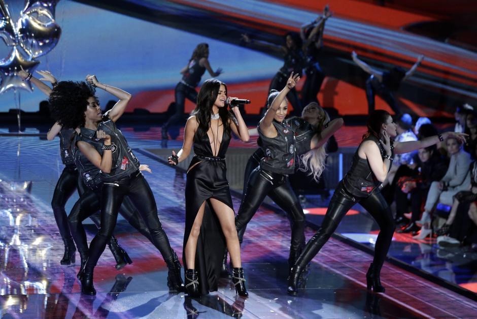 La cantante estadounidense Selena Gómez se presenta durante el desfile de la marca Victoria's Secret en el Lexington Armory de Nueva York (NY, EE.UU.). (Foto: EFE/Jason Szenes)