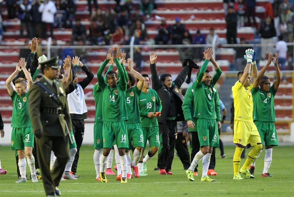 Los jugadores de la selección boliviana de fútbol celebran su triunfo ante Venezuela durante el partido por las eliminatorias sudamericanas del Mundial de Rusia 2018. (Foto: EFE)