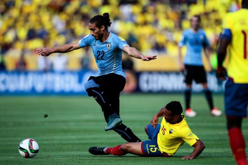 El jugador de la selección de fútbol de Ecuador Pedro Quiñonez disputa el balón con Egidio Arevalo de Uruguay durante el juego correspondiente a la tercera fecha por las eliminatorias al Mundial Rusia 2018. (Foto: EFE)