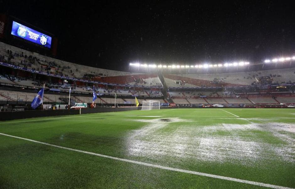 Estado del campo de juego del estadio Monumental de River Plate luego de un fuerte aguacero, en visperas de un partido entre Argentina contra Brasil de las eliminatorias sudamericanas para el Mundial de Rusia 2018. (Foto: EFE)