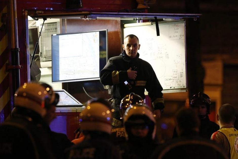 Grupos de respuesta de los bomberos y la policía en Francia trabajan en las escenas donde fueron los ataques. (Foto: EFE)