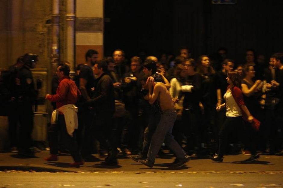Decenas de personas salían de la sala Bataclan cuando fue intervenida por los policías locales. (Foto: EFE)