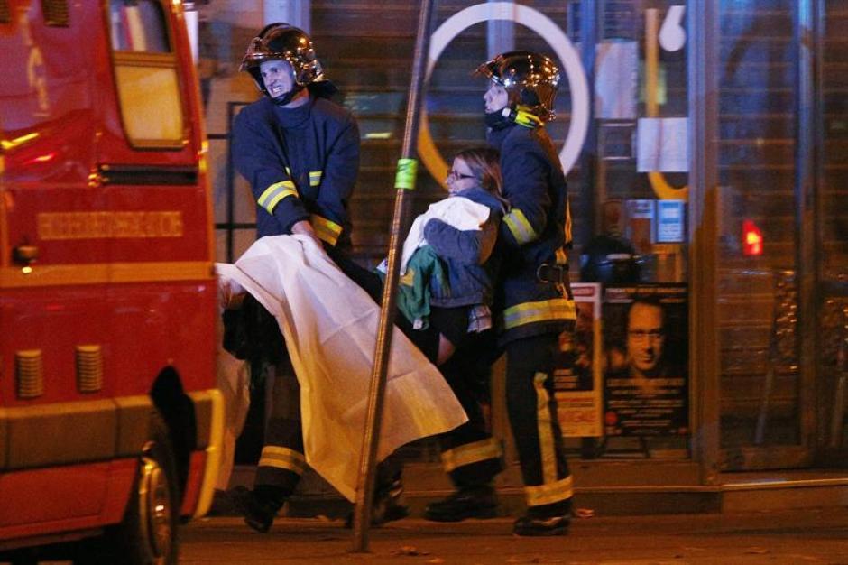 Los bomberos trasladan a los heridos del ataque en la sala Bataclan. (Foto: EFE)