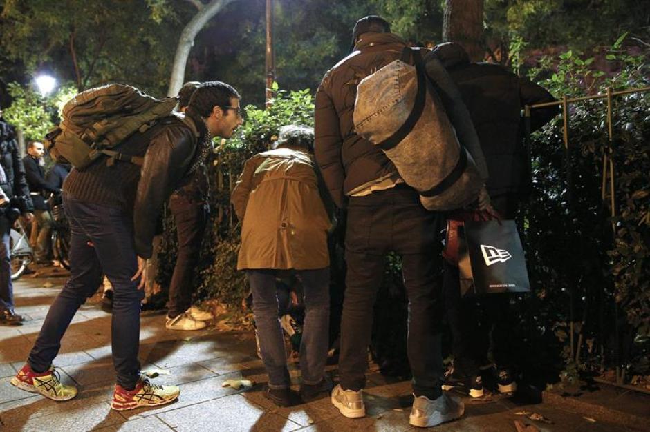 Los parisinos que estaban en los alrededores de la zona del atentado. (Foto: EFE)