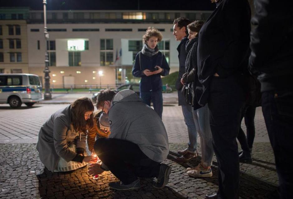Varios ciudadanos en Francia encienden velas en tributo a las víctimas del atentado. (Foto: EFE)