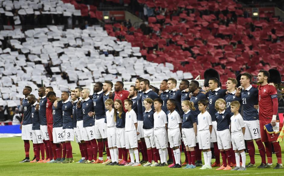 Jugadores del equipo de Francia cantan su himno nacional al inicio del partido amistoso ante Inglaterra, en el estadio Wembley de Londres, Reino Unido. (Foto: EFE/Facundo Arrizabalaga)