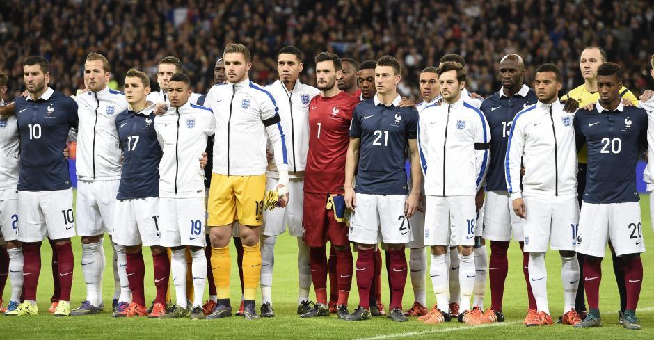 Jugadores del equipo de Francia y de Inglaterra realizan un minuto de silencio en homenaje a las vìctimas de los ataques en París. (Foto: EFE/Facundo Arrizabalaga)