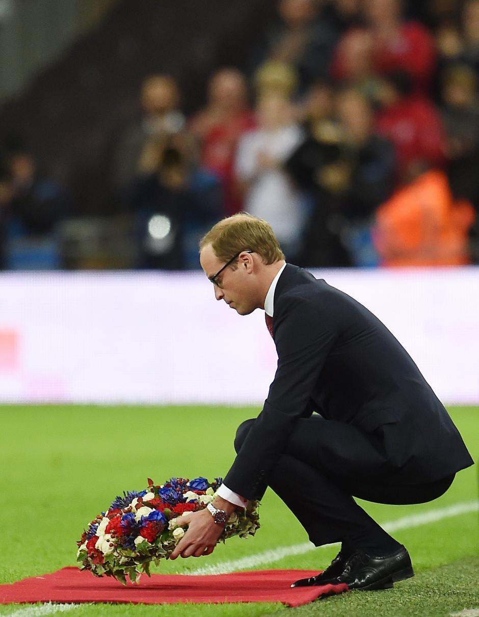 El príncipe Guillermo, duque de Cambridge, deposita una ofrenda floral en homenaje a las víctimas de los ataques en París, antes de un partido amistoso enre las selecciones nacionales de Inglaterra y Francia en el estadio Wembley de Londres (Reino Unido). (Foto: EFE/Any Rain)