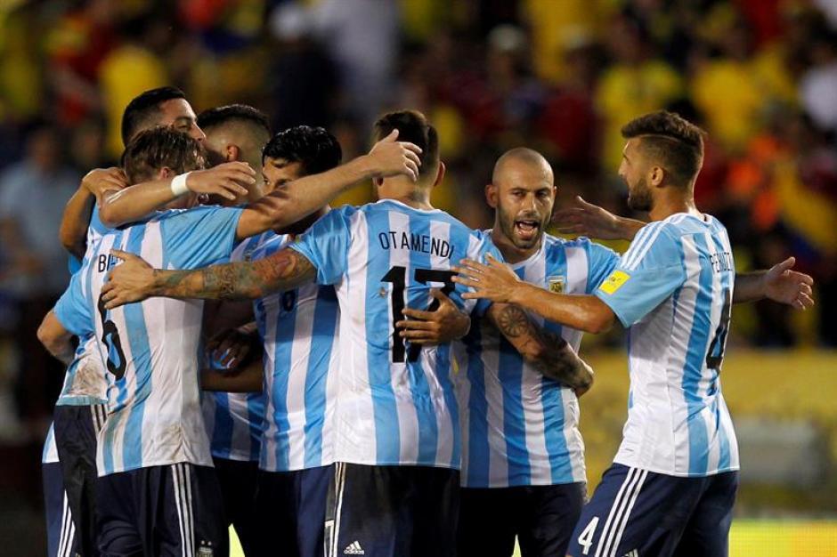 Argentina celebró el gol. Pese a no tener a su gran estrella, Leo Messi, la albiceleste no ha tenido problemas para mostrar su dominio. (Foto: EFE)
