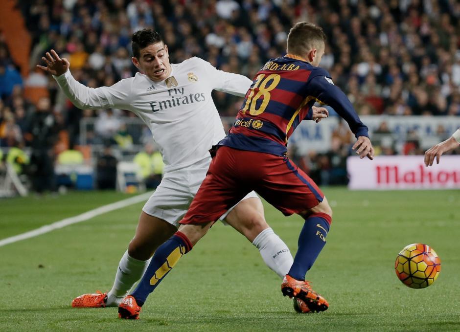 James Rodríguez, estuvo desconectado del ataque merengue, en la derrota como local del Real Madrid contra el Barcelona. (Foto: EFE)