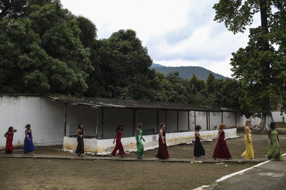 En su ingreso al local del evento, las candidatas de Miss Penitenciaria Brasil 2015 lucieron elegantes vestidos. (Foto: EFE)