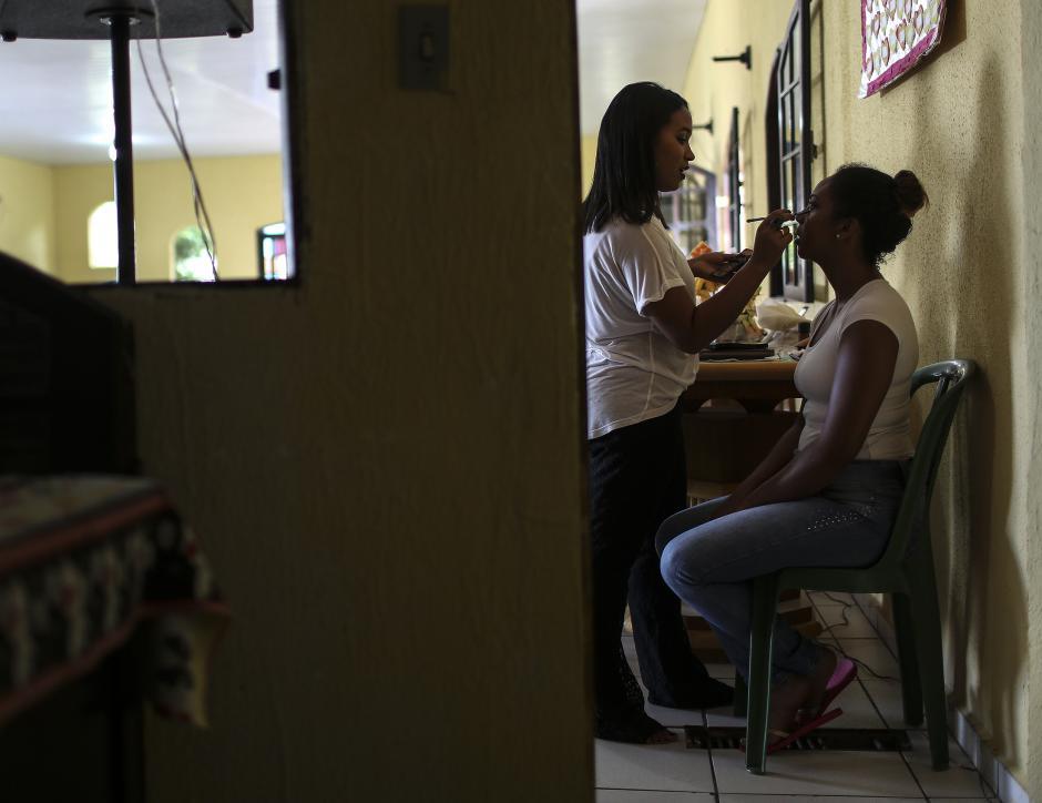 Maquillaje y un equipo de apoyo para las candidatas del Miss Penitenciaria Brasil 2015. (foto: EFE)