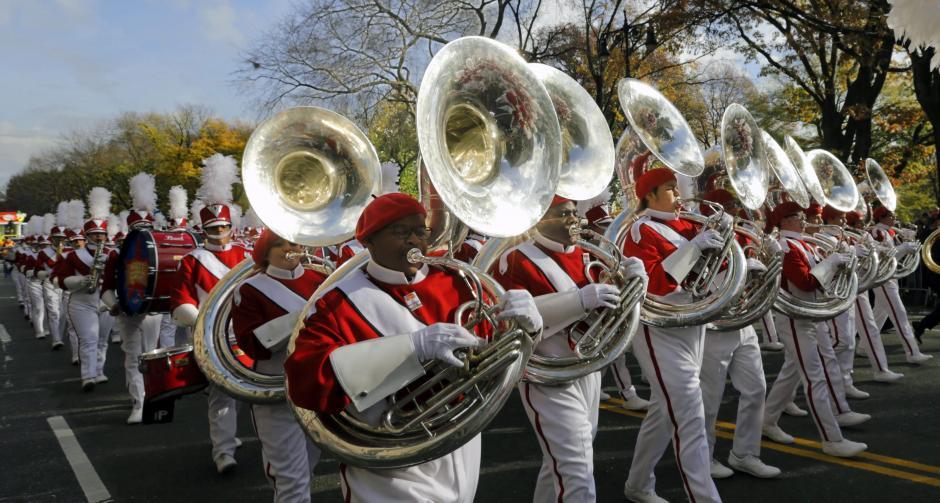 Cientos de personas disfrutan del desfile de Acción de Gracias en Nueva York. (Foto: EFE/Peter Foley)