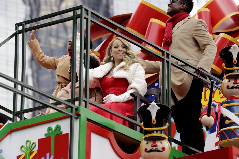 La cantante estadounidense Mariah Carey saluda al público que asiste al desfile de Acción de Gracias en Nueva York. (Foto: EFE/Peter Foley)