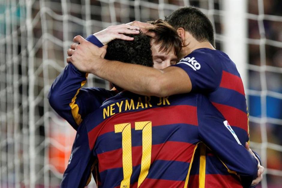 El argentino del FC Barcelona Leo Messi,c, es felicitado por sus compañeros Neymar Da Silva (iz) y el uruguayo Luis Suárez (d) tras el gol marcado ante la Real Sociedad. (Foto: EFE)