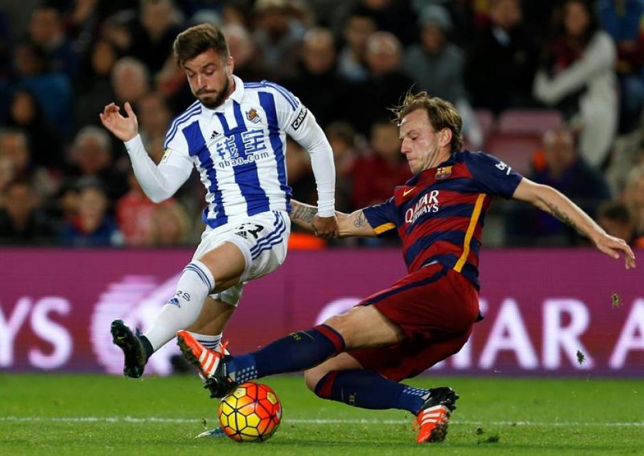 El jugador croata del FC Barcelona Iván Rakitic,d, y Héctor Fernández,iz., de la Real Sociedad, durante el partido correspondiente a la decimotercera jornada de Liga que ambos equipos han disputado en el Camp Nou de Barcelona. (Foto: EFE)