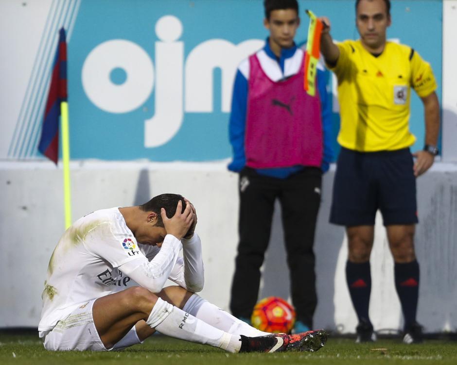 Cristiano Ronaldo se lamenta de una marcación del asistente. (Foto: EFE)