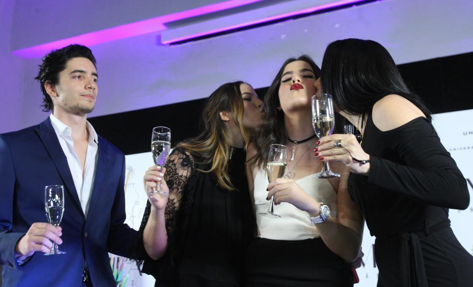 De izquierda a derecha, la familia del cantante mexicano Alejandro Fernández, Alejandro jr., América, Camila y América celebran el cumpleaños de Camila. (Foto: EFE/Mario Guzmán)
