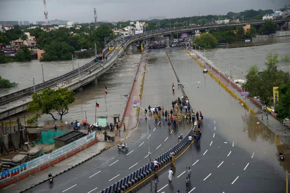 Diversas rutas de Chennai han resultado inundadas por las constantes lluvias que afectan el sur de la India. (Foto: EFE)