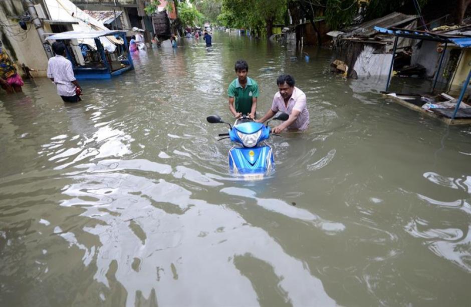 Las calles de Chennai fueron anegadas por las constantes lluvias que han afectado el área. (Foto: EFE)