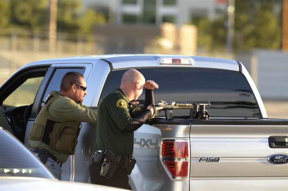 Policías resguardan el lugar donde fueron abatidos los presuntos responsables de la masacre de San Bernardino. (Foto: EFE)