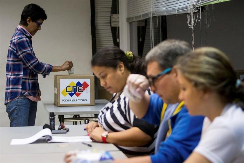 Largas filas se formaban desde muy temprano en muchos de los 14.500 centros de votación, que abrieron desde tempranas horas, en una jornada a la que fueron llamados 19,5 millones de venezolanos a elegir 167 diputados de la Asamblea Nacional. (Foto: EFE)