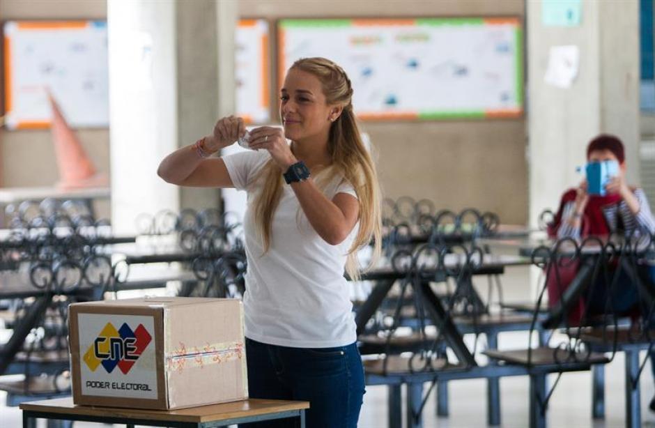 La esposa del dirigente político opositor venezolano Leopoldo López, Lilian Tintori, muestra su voto antes de depositarlo en la urna. (Foto: EFE)