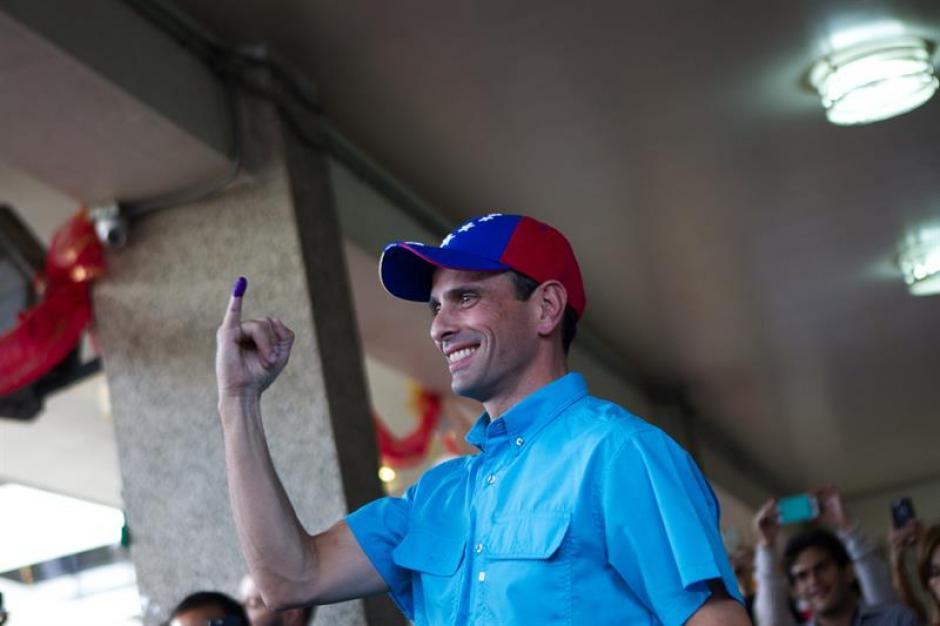 El gobernador del estado Miranda y líder opositor venezolano Henrique Capriles vota en las Elecciones de su país. (Foto: EFE)