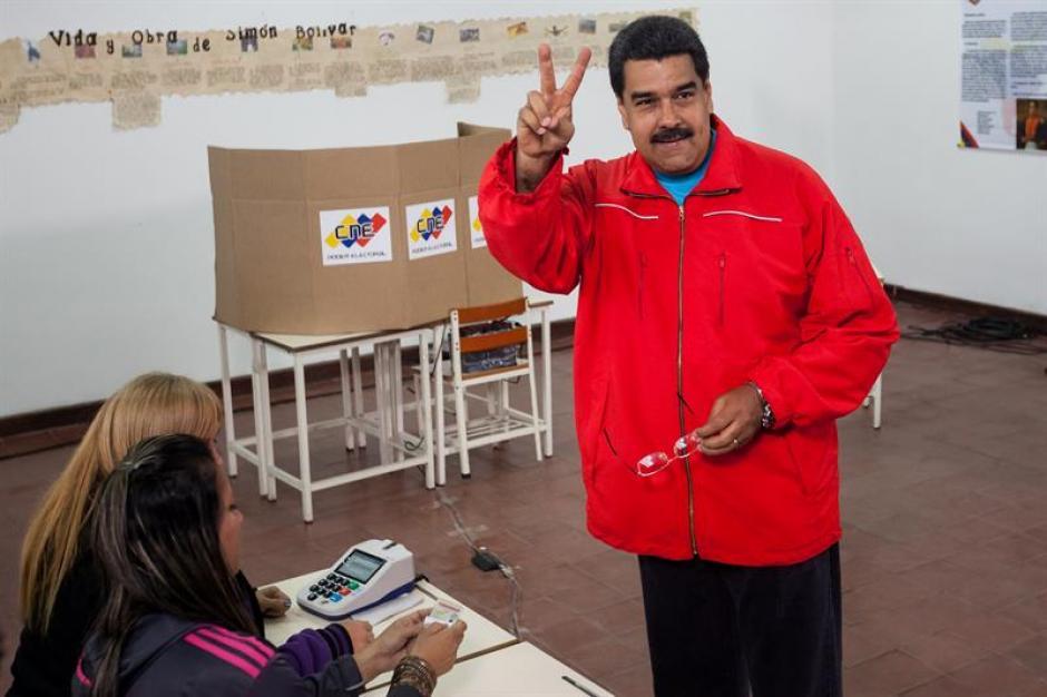 El presidente de Venezuela Nicolás Maduro posa antes de votar. (Foto: EFE)