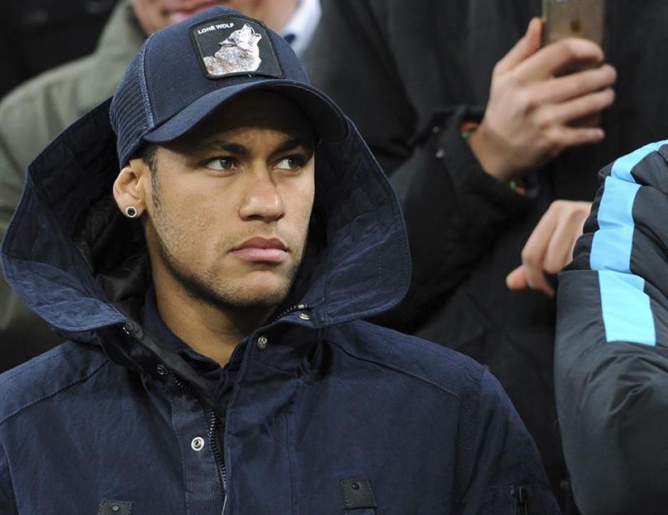 El brasileño Neymar vio el partido desde las gradas por una pequeña lesión en el abductor de la pierna izquierda. (Foto: EFE)