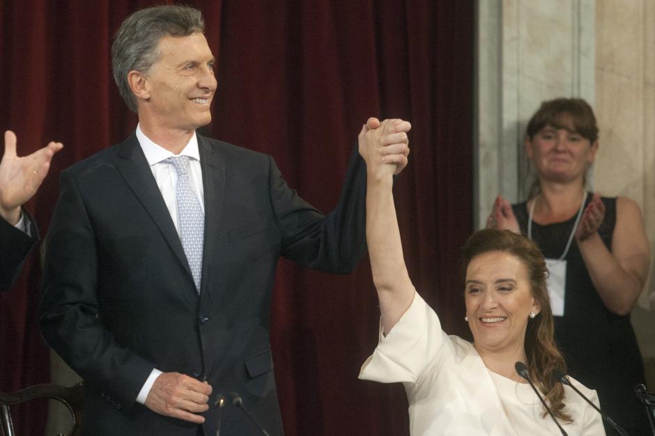 El primer acto fue la juramentación ante la Asamblea Legislativa. En la foto, Macri junto a la nueva vicepresidenta Gabriela Micheti. (Foto: EFE)