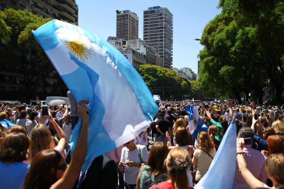 Miles de argentinos salieron a las calles de Buenos Aires a acompañar al nuevo presidente en su primer día de la era postkirchnerismo. (Foto: EFE)