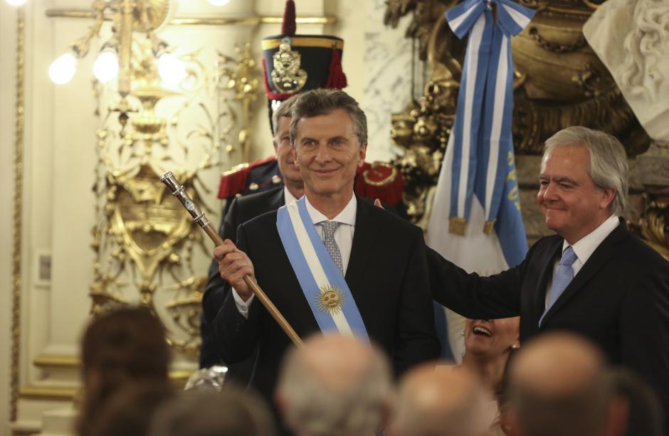 Macri recibió la banda y el bastónpresidencial en la Casa Rosada, sede del Ejecutivo argentino. (Foto: EFE)