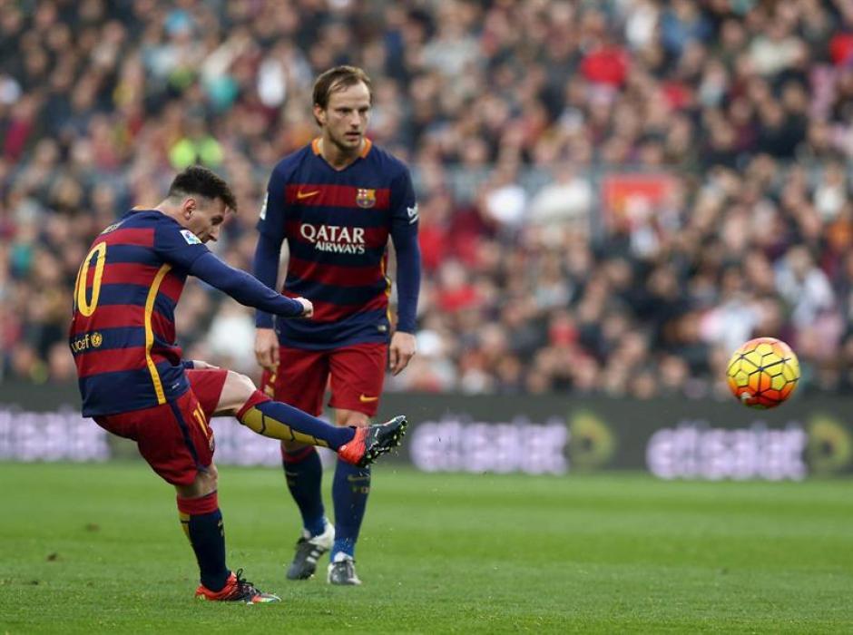 Messi de tiro libre puso el primero de Barcelona, al fondo observa Rakitic, quien hizo el segundo de los azulgranas. (Foto: EFE)