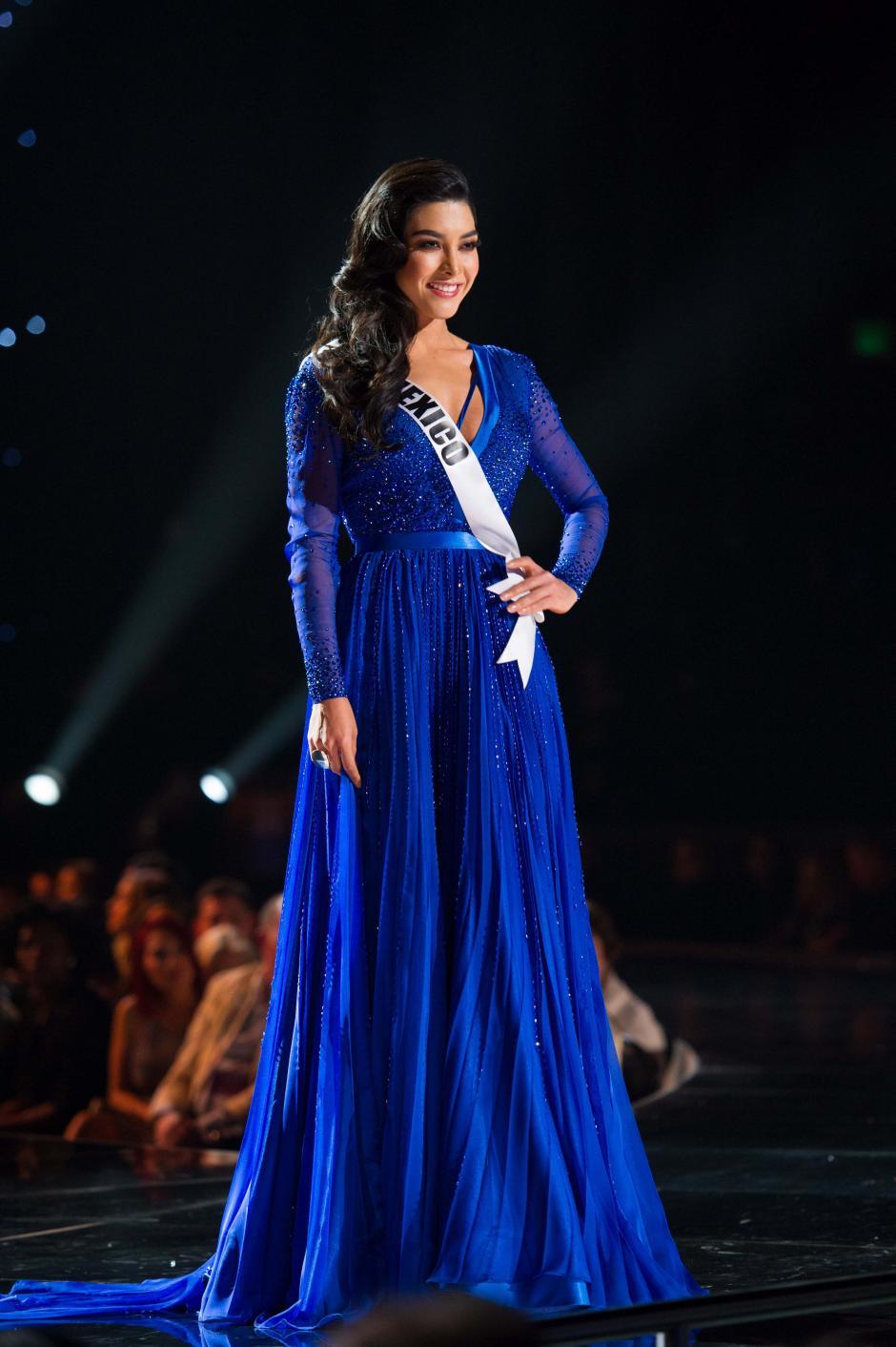 Fotografía cedida de la aspirante mexicana a la corona de Miss Universo, Wendy Esparza, desfilando con un vestido de gala en los actos previos a la gala de Miss Universo 2015. (Foto: EFE/Darren Decker)