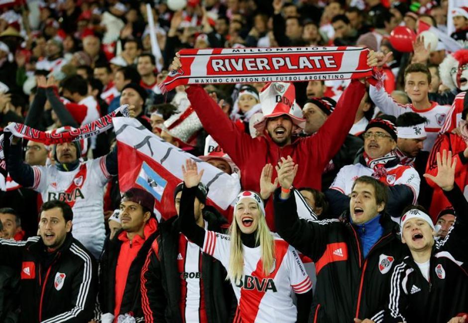 La afición de River Plate vivió su fiesta en las gradas sin importar el resultado. Terminaron cantando. Unos 20 mil argentinos viajaron a Japón. (Foto: EFE)