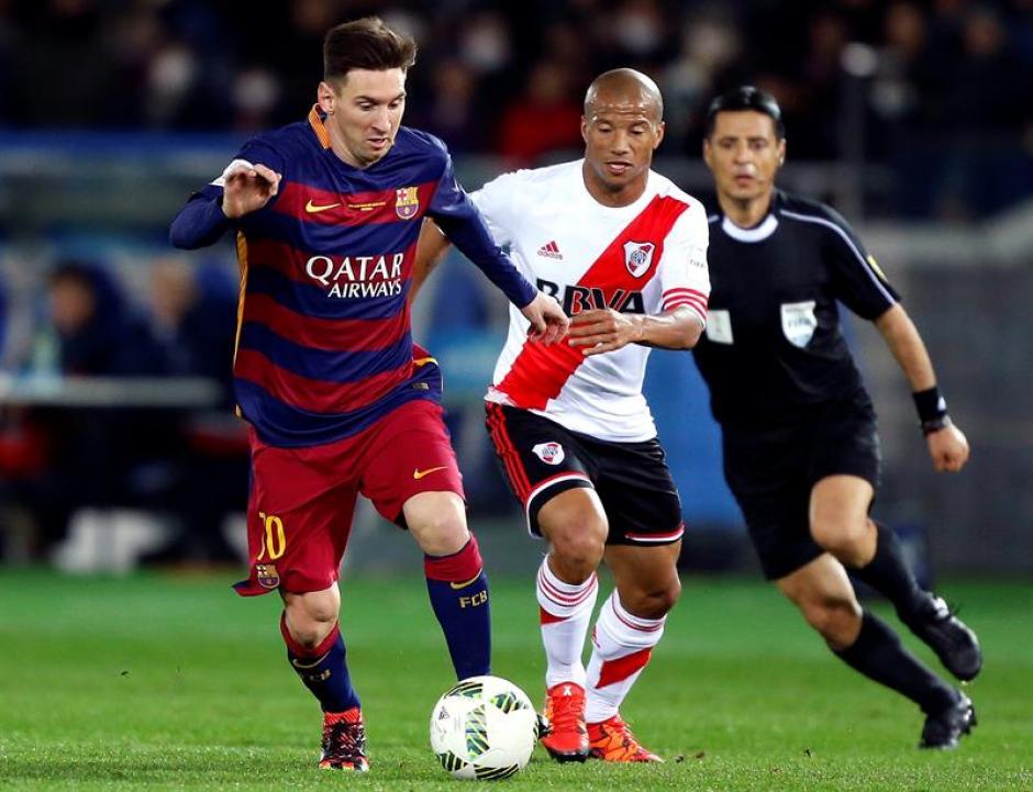 Lionel Messi y Carlos Sánchez pelean un balón en el medio campo. Messi abrió el camino del triunfo de los españoles.(Foto: EFE)