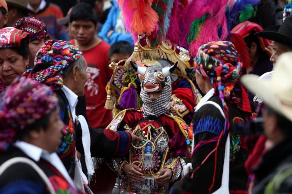 Dentro de los cofrades se observa a un bailarín disfrazado de toro. (Foto: Esteban Biba/EFE)